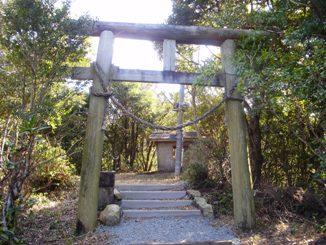 Cat_mound_shrine